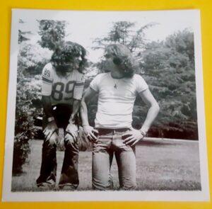 Tono Marin y Pepe Risi. Juventud electrica. Especificacion. Foto situada justo debajo de la frase. El viento los vino a buscar pero el tiempo no los borrara
