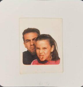 Tono y Penny padre he hija divirtiendose en el fotomaton. Especificacion. Foto situada justo donde hablo de la cancion Loco por ti Penny.