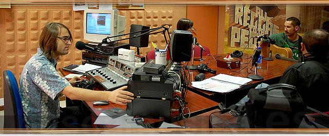 Eduardo Tebar en plena faena de La caja de música. Rock and roll radio.