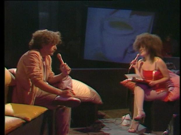 Paloma Chamorro charlando con Javier Mariscal el fue el creador de Cobi la mascota de los JJ.OO. de Barcelona 92
